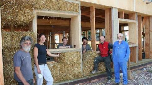Chantier ouvert pour la construction en bottes de pailles de la maison d'accueil des jeunes enfants à St Meen Le Grand. Photo Ouest France
