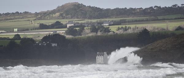 A pentrez, au fond de la baie de Douarnenez, les habitations riveraines ont été sévèrement menacées par les tempêtes exceptionnelles de l'hiver 2013 - Photo : erwan-foto.com