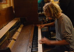 Arjen, capitaine du Tres Hombres, au piano - photo Diana Mesa - TOWT
