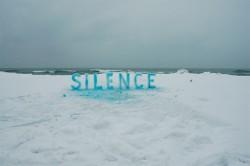 Sculpture sur glace et typographie éphémère