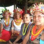 Ariadna Burgos (à gauche) participe à une cérémonie familière traditionnelle à Siberut (Indonésie). © Thomas Guery