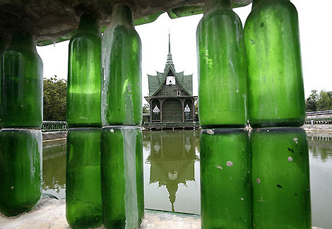 Thailande : un temple construit avec des bouteilles